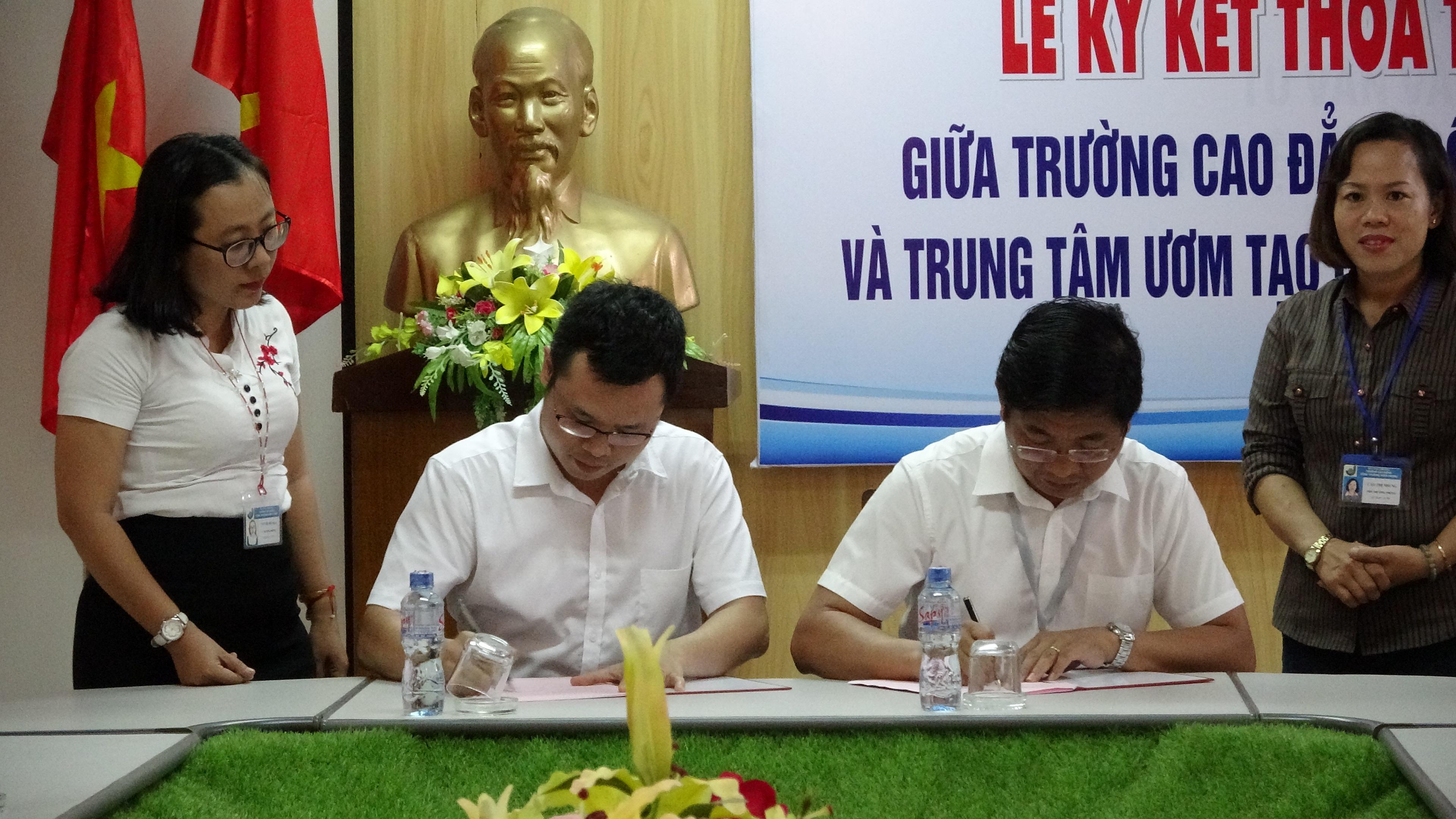 Ông Trần Vũ Tuấn Phan – Giám đốc Trung tâm và các thành viên cùng đoàn.