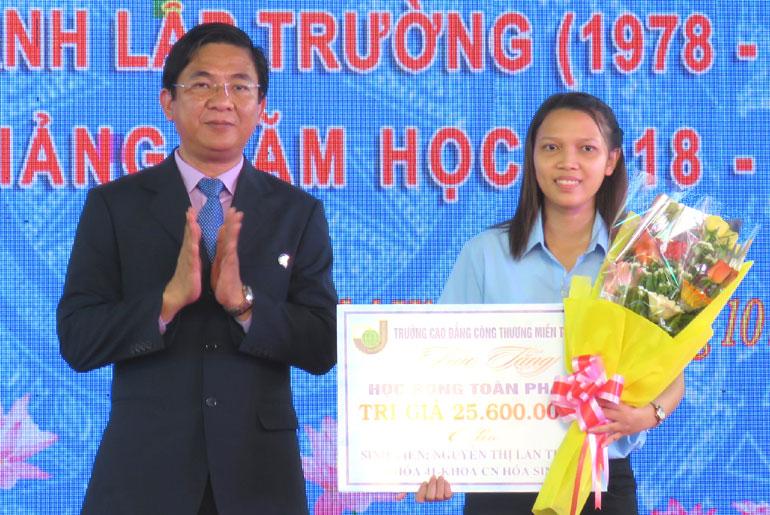 Lan Trinh bỏ đại học để học cao đẳng