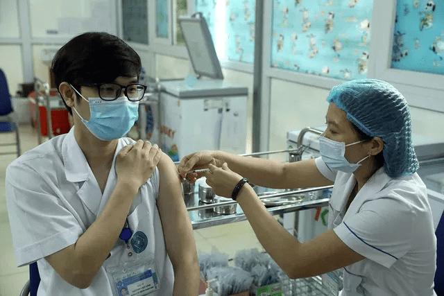 Tiêm vaccine AstraZeneca cho cán bộ y tế Bệnh viện Đa khoa Hà Đông, Hà Nội.