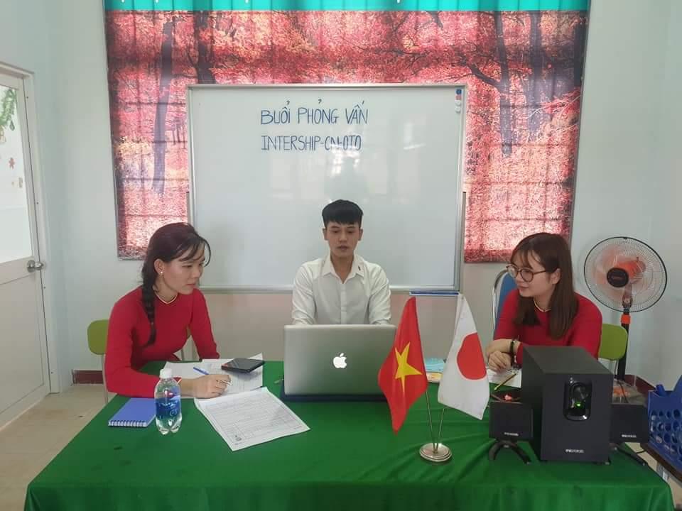 Trần Công Nghĩa (giữa)- sinh viên Cao đẳng Cơ khí ô tô K41A của trường Cao đẳng Công Thương miền Trung